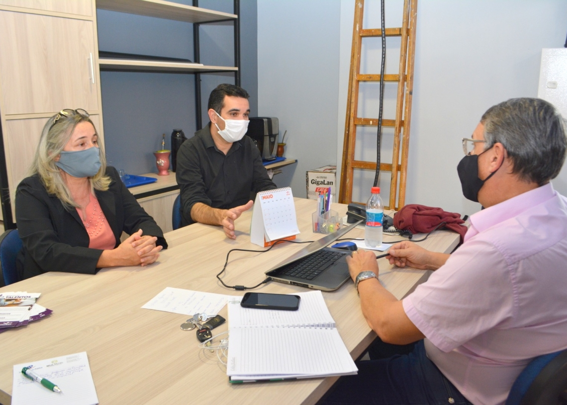 Vereadores foram recebidos pelo coordenador do Núcleo de Apoio Empresarial da Faccat, Luis Fernando Neves. Foto: Eduarda Rocha / Câmara de Vereadores de Parobé