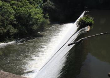 Paredão de água dará lugar a muro de concreto após esvaziamento da barragem. Fotos: Matheus de Oliveira