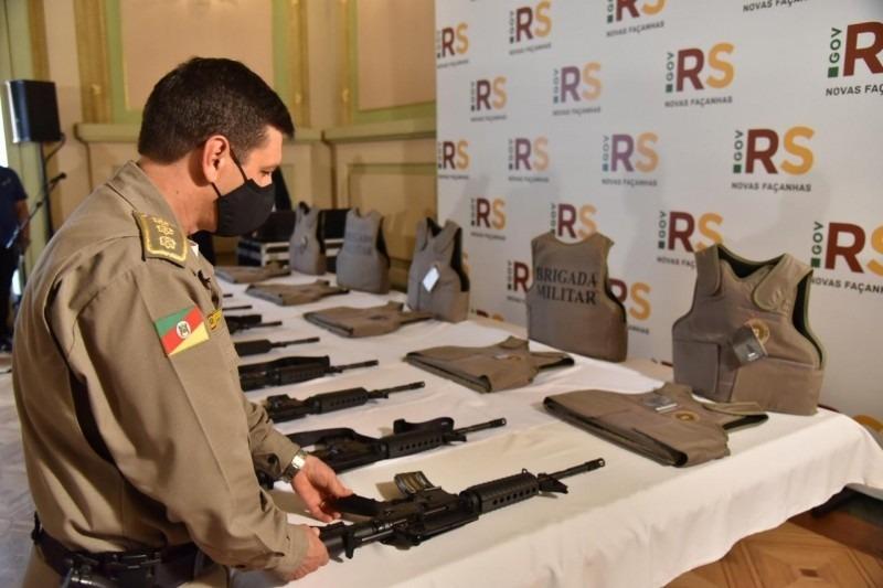 Armamento e equipamentos de proteção serão distribuídos para unidades em 108 municípios do RS - Foto: Rodrigo Ziebell/EMBM/PM5