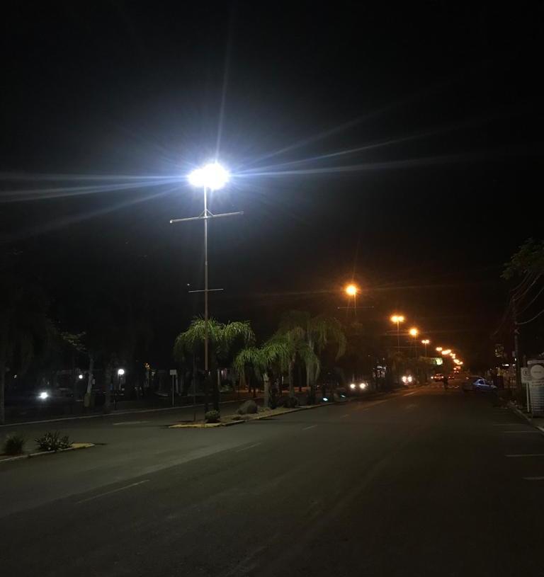 Contraste entre luminárias do tipo vapor, com luzes alaranjadas, contra lâmpada com tecnologia LED na Avenida Santa Maria. Foto: Matheus de Oliveira