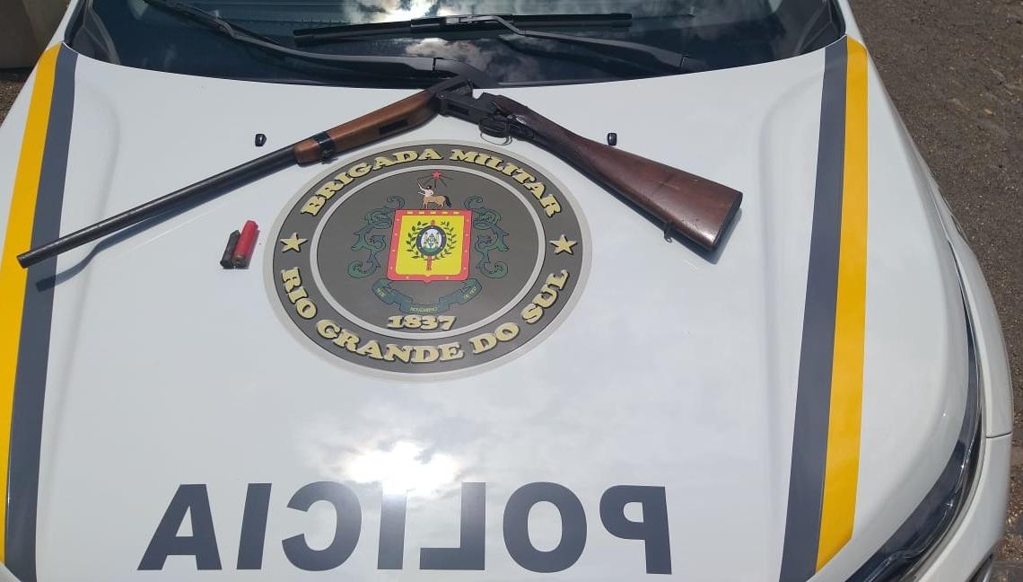 Arma apreendida com o pai das vítimas Foto: Brigada Militar