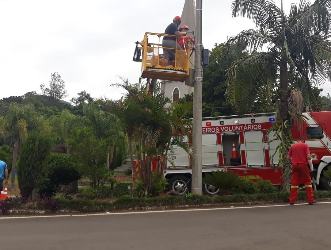 Câmeras sendo instaladas na área central do município  (Foto: Divulgação)