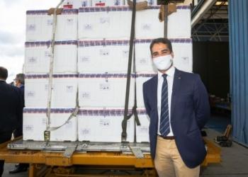 No aeroporto de Guarulhos, em São Paulo, Leite disse que, em 24 horas, as doses da vacina estarão em todas as regiões do Estado - Foto: Felipe Dalla Valle / Palácio Piratini