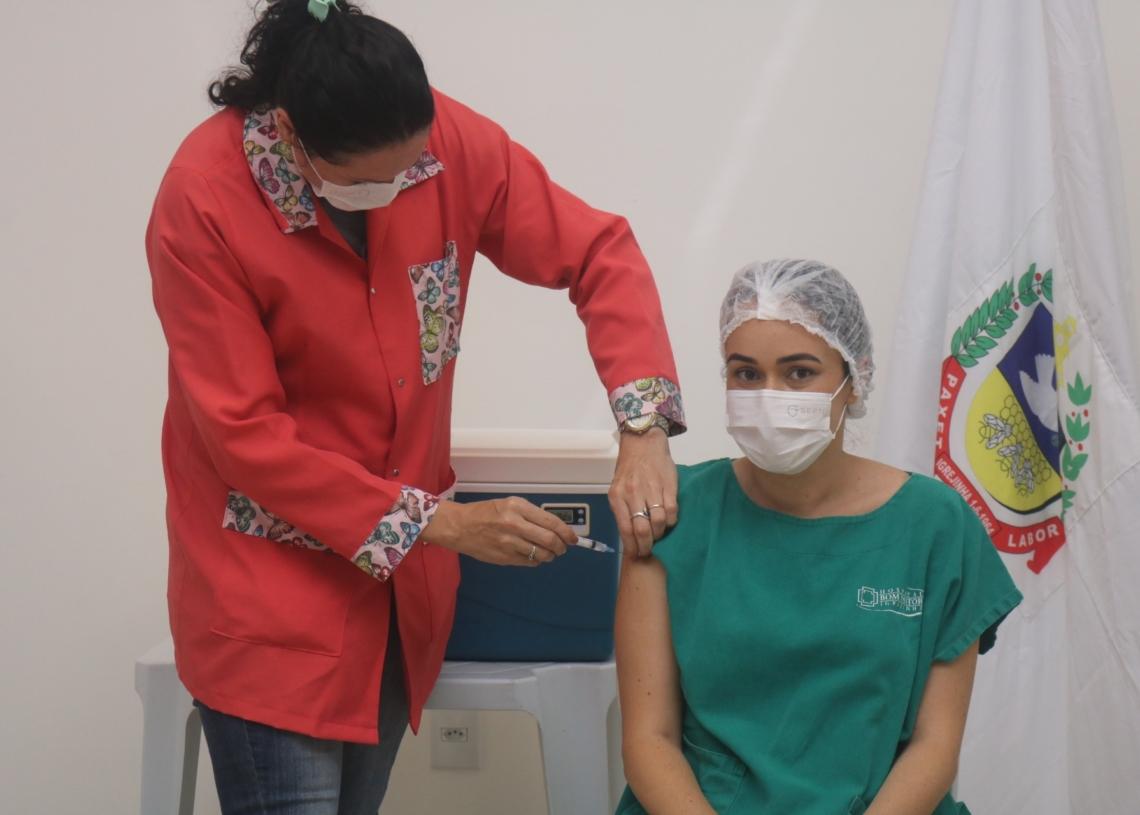 Enfermeira Raysa da Silva Dantas foi a primeira a receber a vacina em Igrejinha. Foto: Matheus de Oliveira