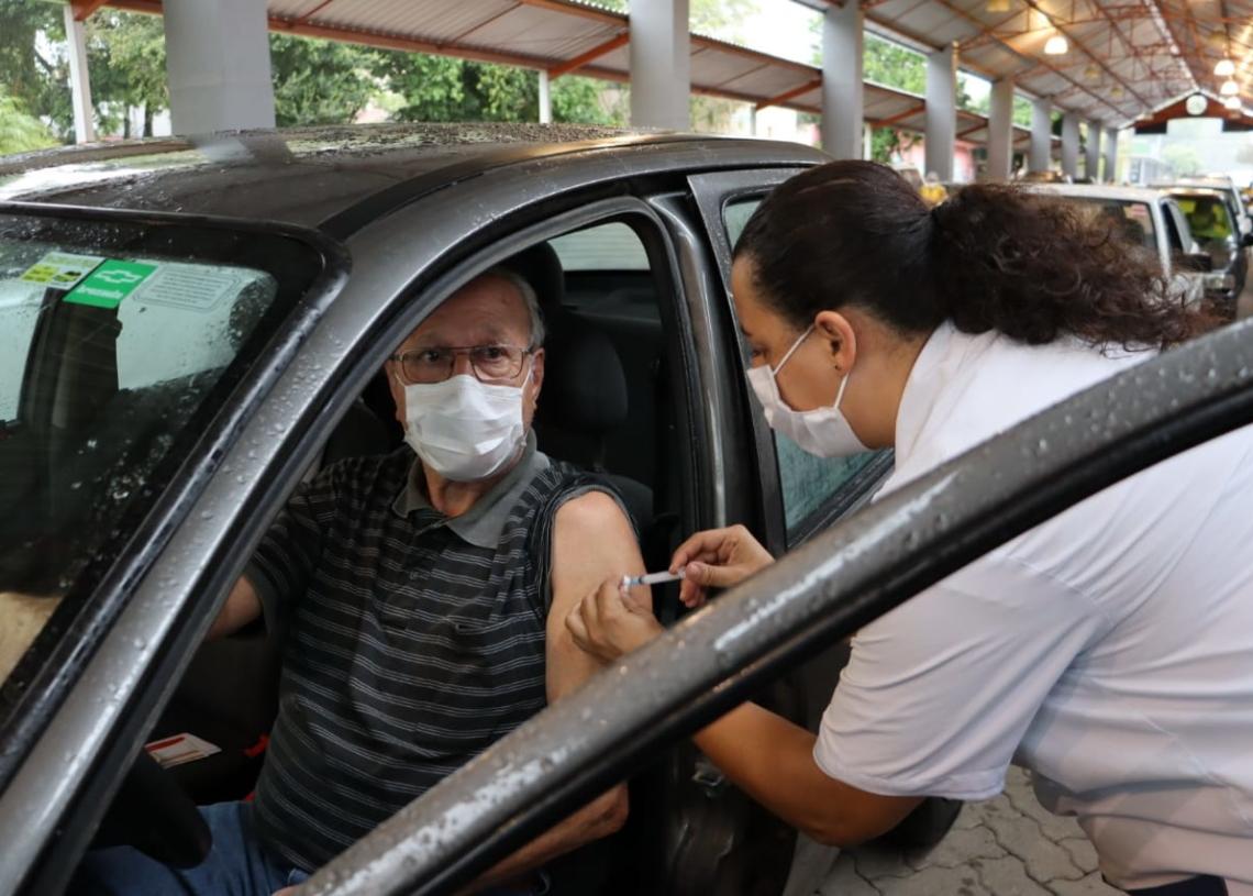 Nesta segunda-feira, idosos de 73 a 76 anos receberam o imunizante. Foto: Cris Vargas