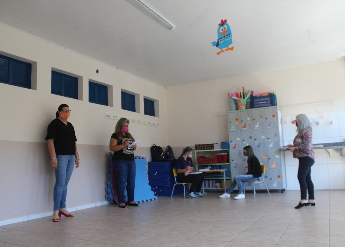 Secretária visitando as salas com nova pintura ao lado da equipe da Emei Meu Cantinho, no Centro (Foto: Melissa Costa)