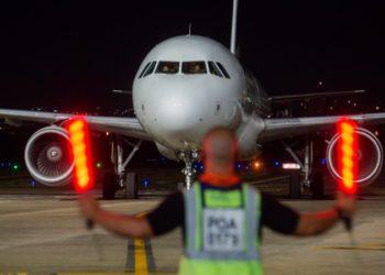 O voo que transportou o primeiro lote de vacinas da Pfizer para o RS aterrissou em Porto Alegre às 19h35 - Foto: Felipe Dalla Valle/Palácio Piratini