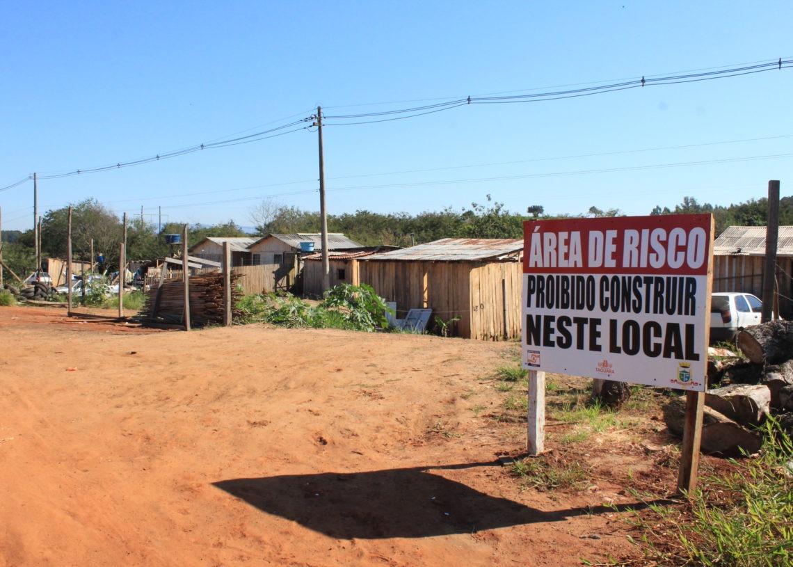 Ocupação às margens da RS-239 é exemplo de famílias em área de risco. Foto: Matheus de Oliveira