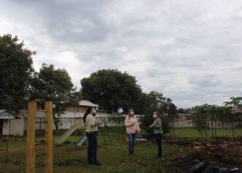 Equipe da Secretaria de Educação observa local que receberá a nova obra da unidade (Foto: Melissa Costa)