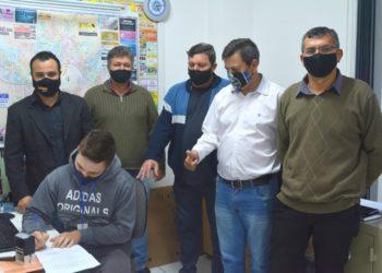 Vereadores Adriano Azeredo, Enio Terra, Elário Jahn, Dari da Silva e Sérgio Padilha durante assinatura do requerimento. Foto: Divulgação
