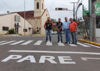 Equipe do departamento de trânsito, que faz o trabalho de pintura e manutenção das vias Foto:  Lilian Moraes