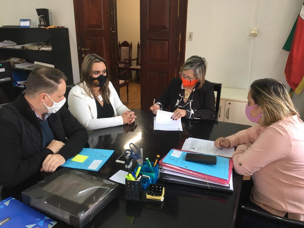 Prefeita Sirlei, procurador Thiago, secretária Carla e a chefe Débora durante assinatura. Foto: Divulgação