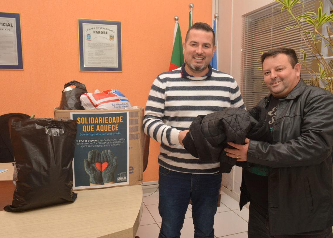 Presidente em exercício realizou a entrega das doações ao coordenador da entidade Anjos da Madrugada. Foto: Eduarda Rocha/Assessoria de Comunicação