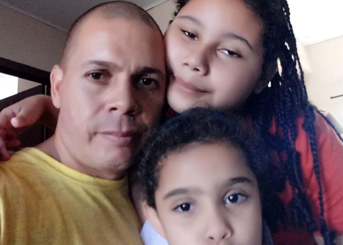 Carlos Alexandre com as duas filhas, que estavam com ele no acidente (Foto: Divulgação)