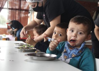 Crianças da Emei Azaleia aprovam o feijão das cozinheiras  (Fotos: Melissa Costa)