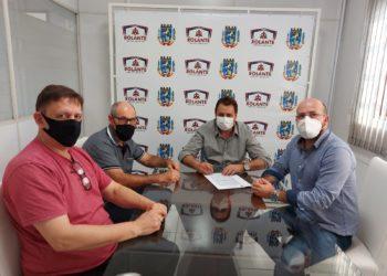 Paulo Borges, Marcos Georg, prefeito Pedro Rippel e secretário Ricardo Gonçalves assinando contrato para os exames Foto: Edna Cardoso