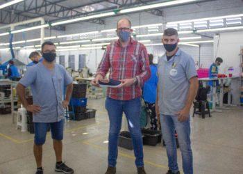 Secretário Joel com os sócios da empresa, Everaldo Nubres e Rudimar da Silva Foto: Divulgação