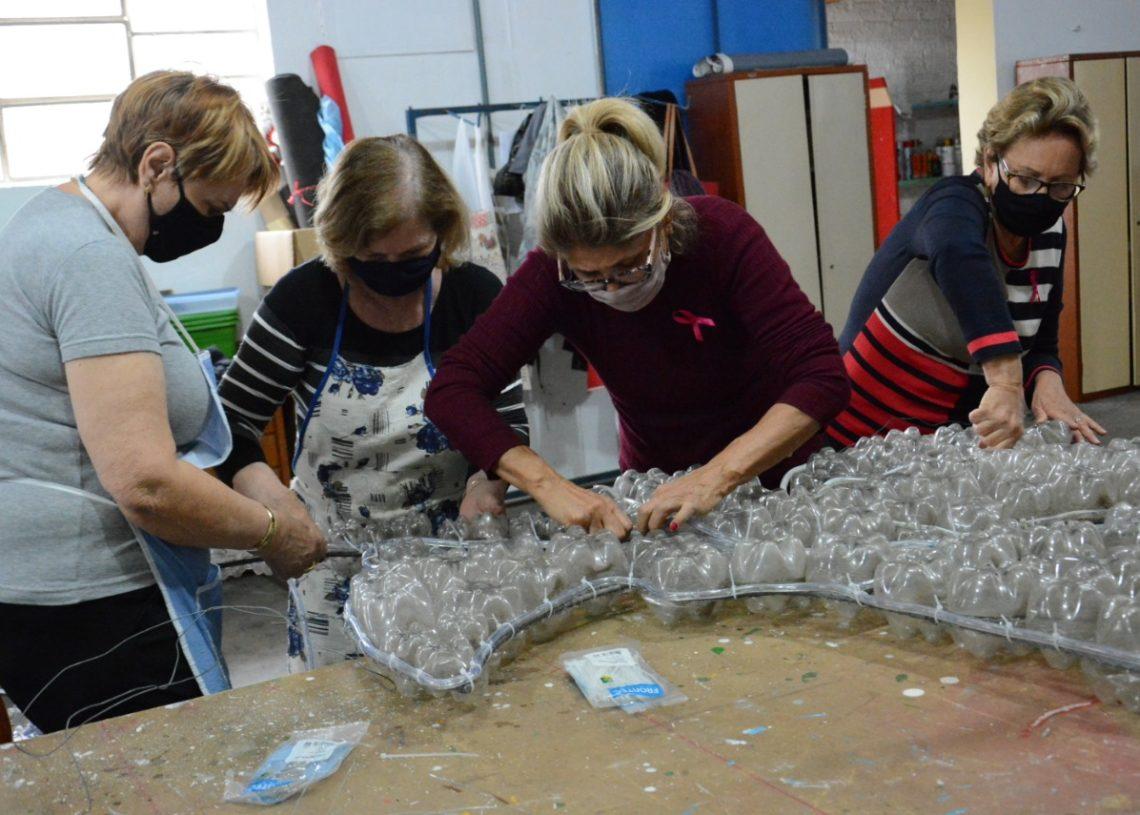 Cerca de 30 voluntárias contribuem com a decoração do Natal Mágico de Taquara Foto: Ruan Nascimento/Prefeitura de Taquara