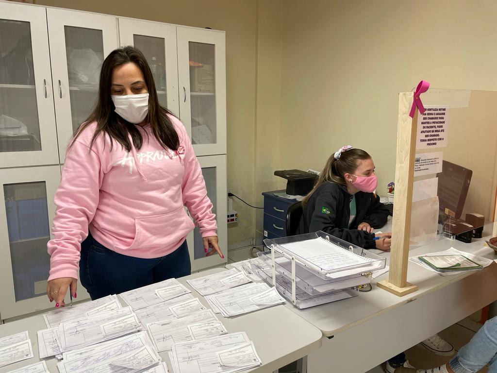 Melissa no setor de marcação de consultas com exames encaminhados Foto: Cris Vargas/Prefeitura de Taquara
