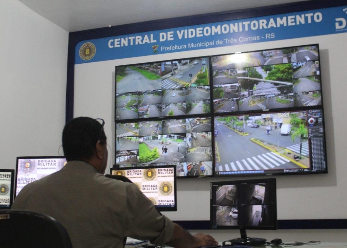 Central de monitoramento fica no quartel da  Brigada Militar  (Foto: Melissa Costa)